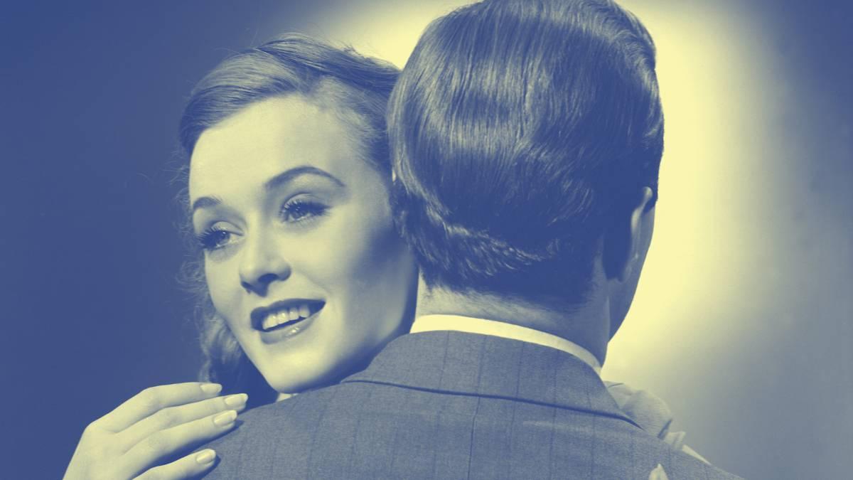 Imagen de película en blanco y negro, con una pareja abrazándose