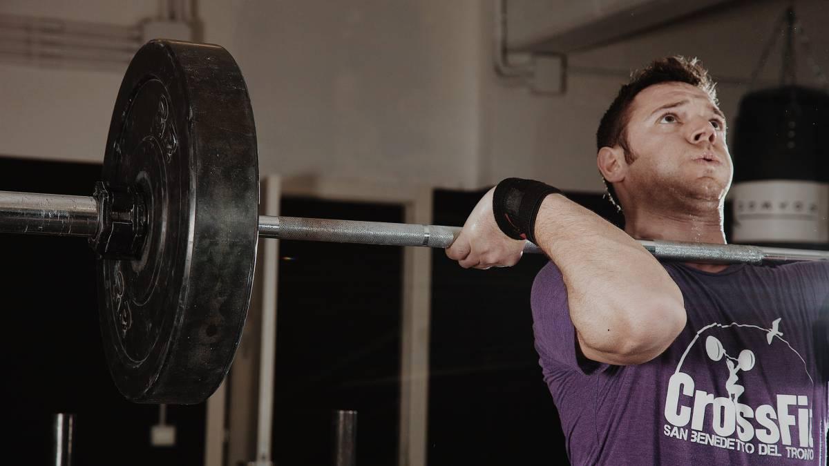 Hombre levantando peso en un gimnasio