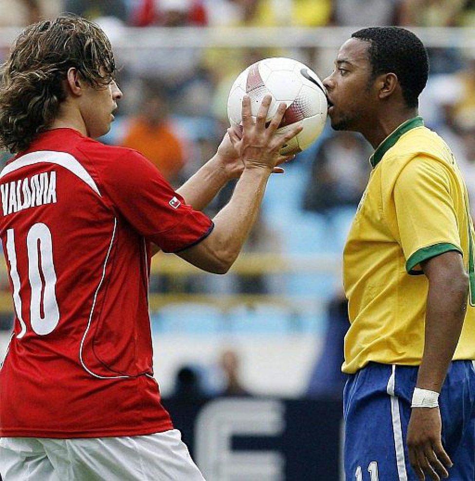 Jorge Valdivia y Robinho en una postal icónica de la Copa América 2007. El brasileño marcó los tres goles de la victoria brasileña.