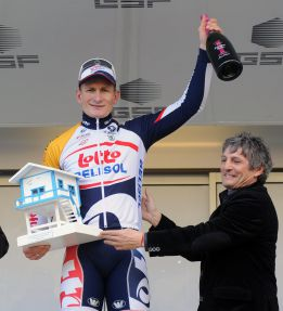 Greipel es el primer lder y Andy Schleck tuvo que abandonar