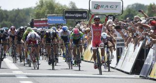 Bouhanni se impone al sprint y Kennaugh mantiene el liderato
