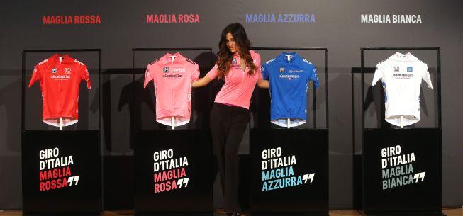 La madrina del Giro, Giorgia Palmas, presentó las maglias