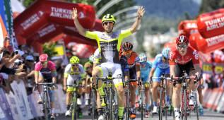 Mareczko sorprende a Greipel y Pello Bilbao continúa líder