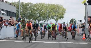 Bryan Coquard gana el primer sector de la segunda etapa