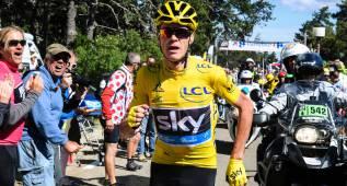 El líder del Tour de Francia sale corriendo tras sus rivales