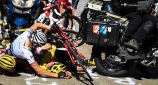 Froome y Porte chocaron con una moto de TV yendo fugados