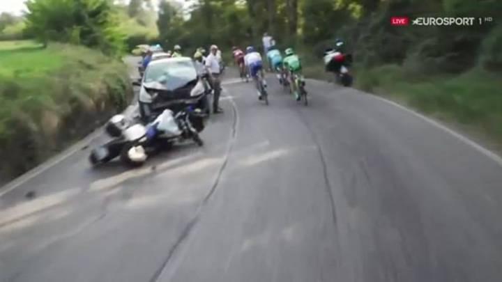 Una moto de la organización se estrella contra un coche