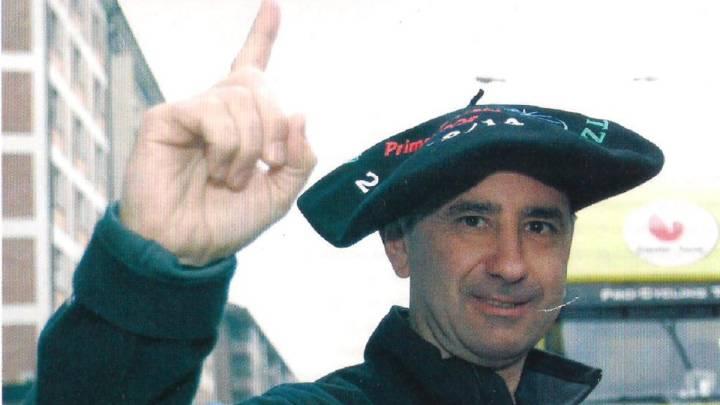 El ex director de Cafés Baqué, Saunier Duval y Geox-TMC, Sabino Angoitia, posa con la txapela de campeón de la Vuelta al País Vasco. Angoitia busca regresar al mundo del ciclismo a través de Twitter, donde se ha ofrecido para dirigir un equipo.