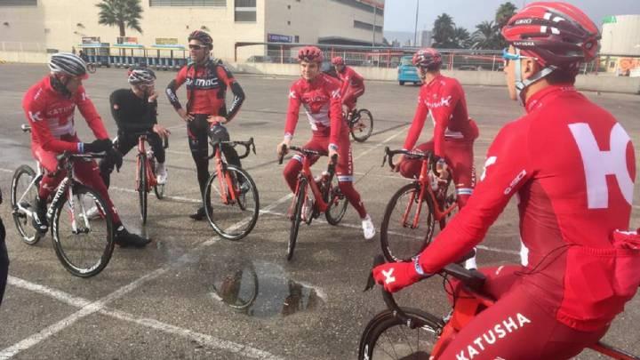 Los ciclistas del equipo Katusha, antes de tomar la salida en la pretemporada que están realizando en Calpe.