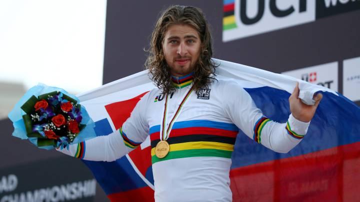 Peter Sagan posa con el maillot arcoiris y la bandera eslovaca en el podio tras proclamarse campeón del mundo en la prueba en ruta disputada en Doha.