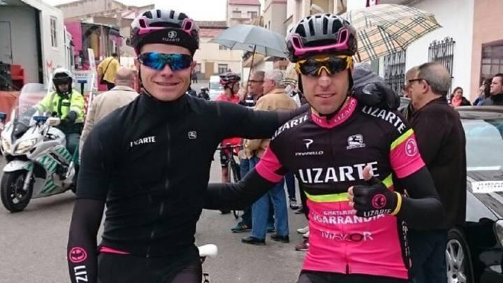 Marcos Jurado y Marcos Rojo posan con el maillot del equipo Lizarte. La próxima temporada ambos correrán como profesionales en el equipo Burgos-BH