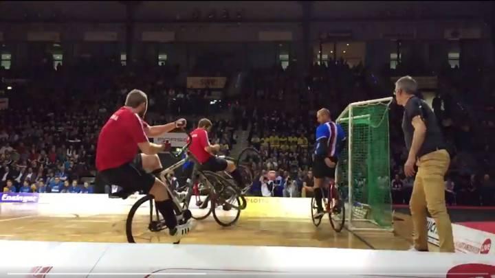 ¿Quién dice que no se pueden meter goles con una bici?