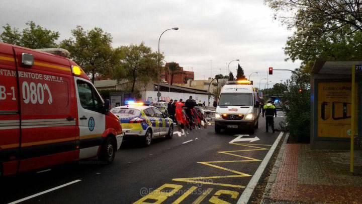 Los servicios de emergencia atienden al ciclista Francisco Javier Cabeza después de que un conductor que dio positivo por alcohol y drogas le atropellase en Sevilla.