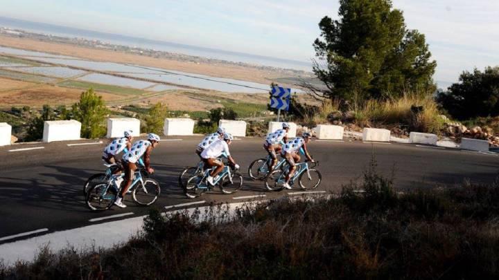El equipo AG2R La Mondiale rueda durante un entrenamiento.