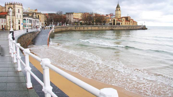 Imagen de la Playa de San Lorenzo de Gijón. La ciudad asturiana volverá a acoger un final de etapa de la Vuelta a España en 2017.