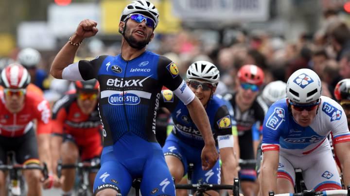 Fernando Gaviria, del Etixx-Quick Step, celebra su victoria en la París-Tours en 2016.