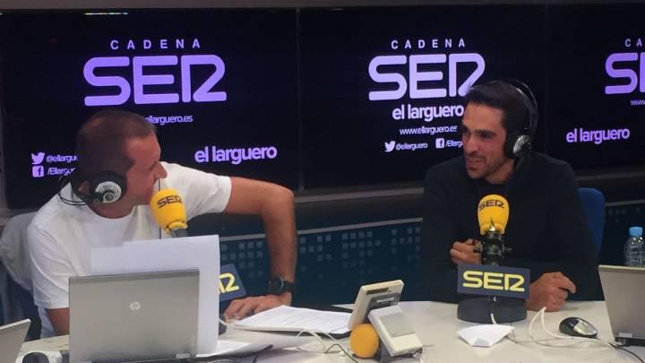 El ciclista del Trek-Segafredo Alberto Contador habla con Manu Carreño durante la entrevista en El Larguero de la Cadena SER.