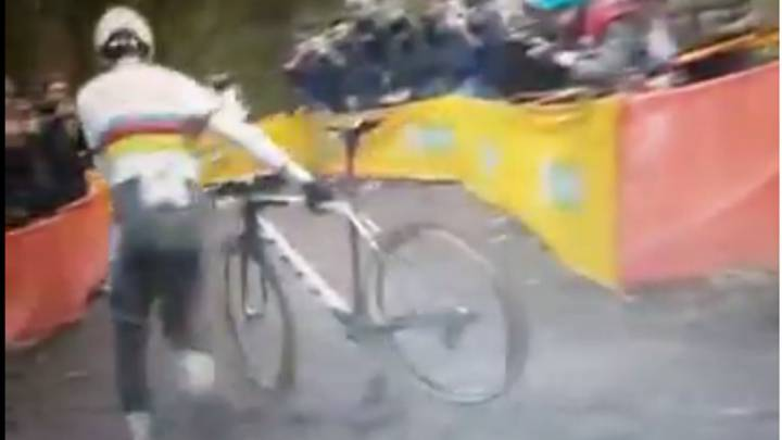 El ciclista de ciclocross Wout Van Aert, junto a su bicicleta en la prueba de la Copa del Mundo en Fiuggi.