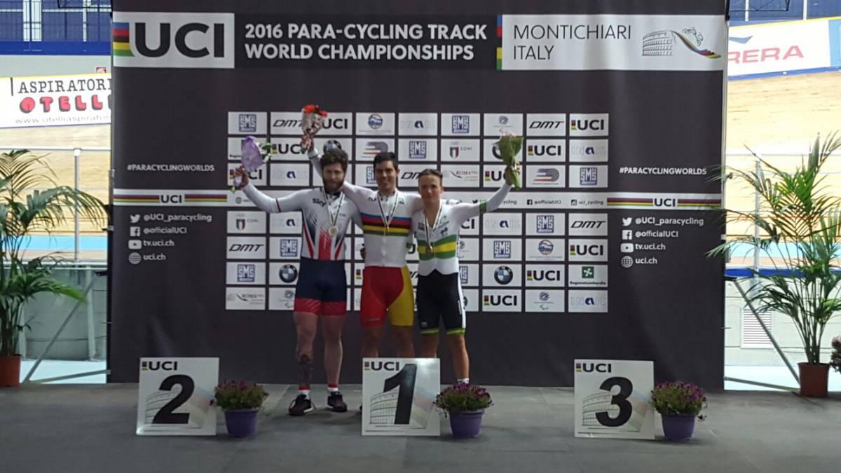 Alfonso Cabello celebra en el podio el título de campeón del mundo de la prueba del kilómetro en los Mundiales de Paraciclismo celebrados en Montichiari, Italia.