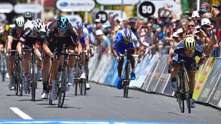 Caleb Ewan supera al holandés Danny Van Poppel en el sprint de Adelaida en la meta de la primera etapa del Tour Down Under.