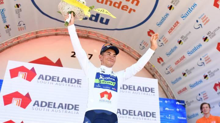 El ciclista australiano Caleb Ewan, del equipo Orica-Scott celebra en la primera etapa de la Tour Down Under en Lyndoch, cerca de Adelaida.