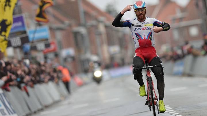 Luca Paolini, con el maillot del equipo Katusha celebra su victoria en la Gante-Wevelgem de 2015.
