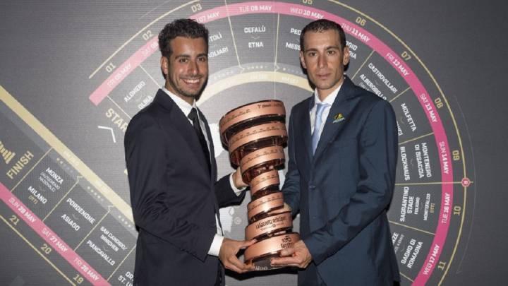 Fabio Aru y Vincenzo Nibali posan con el trofeo de ganador del Giro de Italia en la presentación de la 100ª edición de la ronda transalpina.