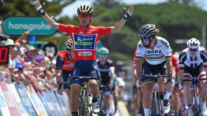 Caleb Ewan celebra su victoria al sprint en Victor Harbor en la tercera etapa del Tour Down por delante de Peter Sagan y Niccolo Bonifazio.