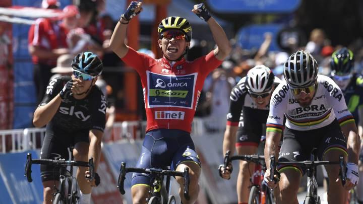 El ciclista australiano Caleb Ewan, del equipo Orica-Scott, celebra su victoria en la cuarta etapa del Tour Down Under en Campbelltown (Australia) por delante de Peter Sagan y Danny Van Poppel.