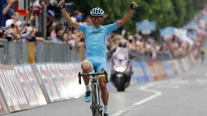 Paolo Tiralongo celebra su victoria en la novena etapa del Giro de Italia 2015 con final en San Giorgio del Sannio.