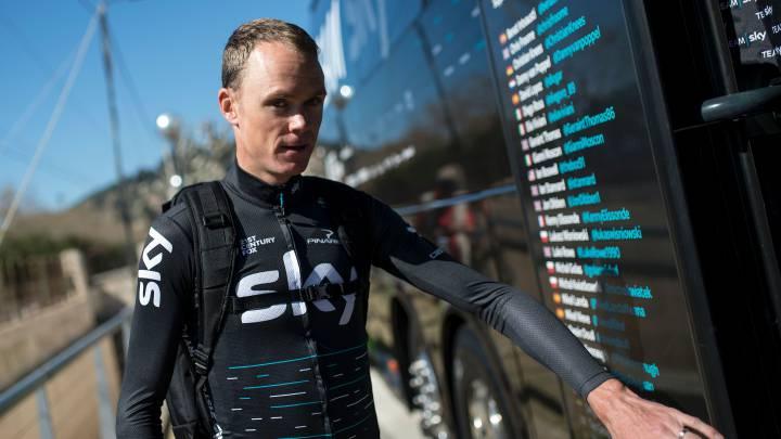 Chris Froome subiéndose al autobús en la Vuelta a Catalunya