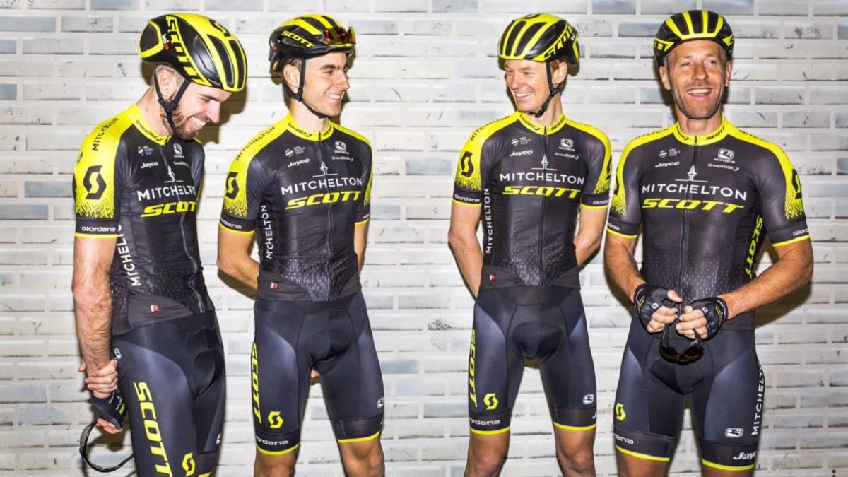 Los ciclistas del Mitchelton-Scott posan con su nuevo maillot para 2018. 4cf01594c
