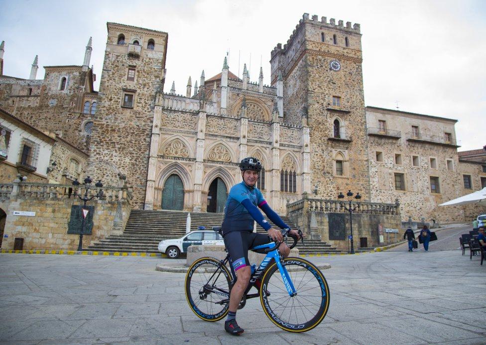 Santi Blanco posa frente al Real Monasterio de Santa María de Guadalupe, por donde pasa la 14ª etapa de La Vuelta entre Don Benito y el Pico Villuercas.