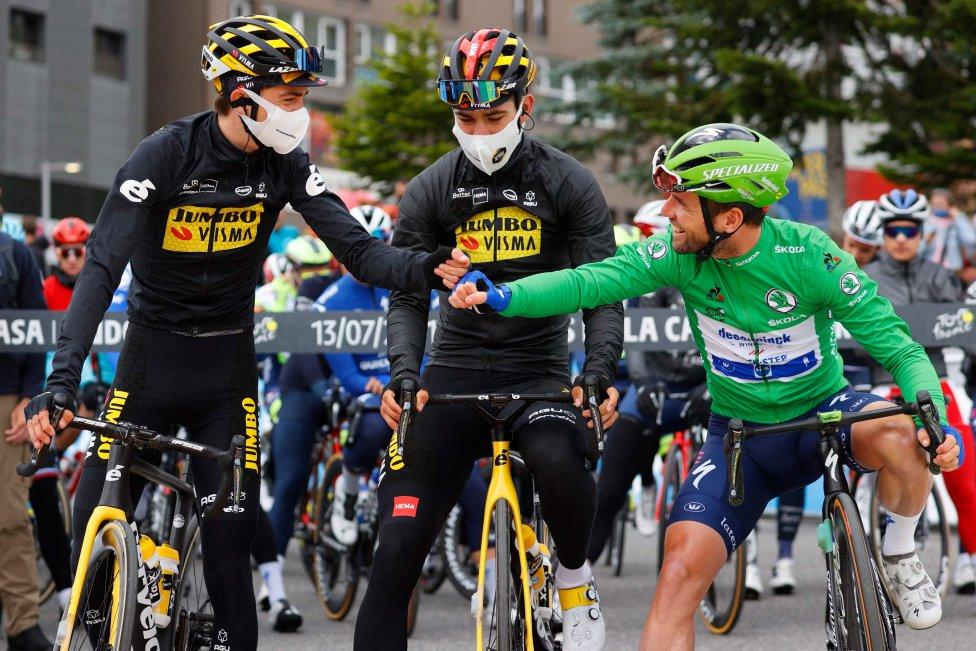 Wout van Aert del equipo Jumbo Visma choca los puños con Mark Cavendish del equipo Deceuninck Quickstep