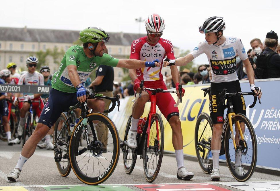 Mark Cavendish y Jonas Vingegaard chocando los puños antes de empezar la etapa.