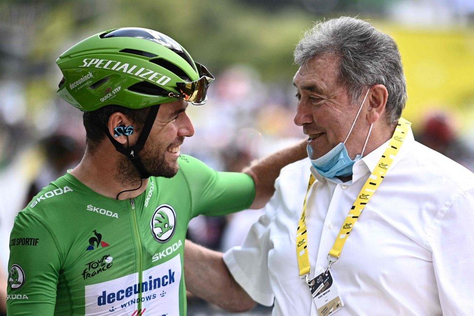 Mark Cavendish, con el maillot verde de mejor sprinter, posa para una fotografía con la leyenda del ciclismo belga Eddy Merckx antes del inicio de la etapa 19.