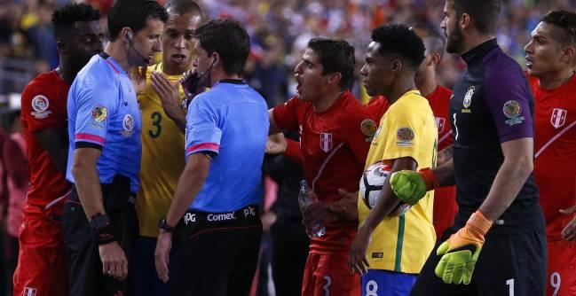 El árbitro Cunha valida el gol de Perú