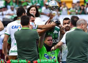 ¡Emotivo! Jakson, Neto y Ruschel levantan la Copa Sudamericana