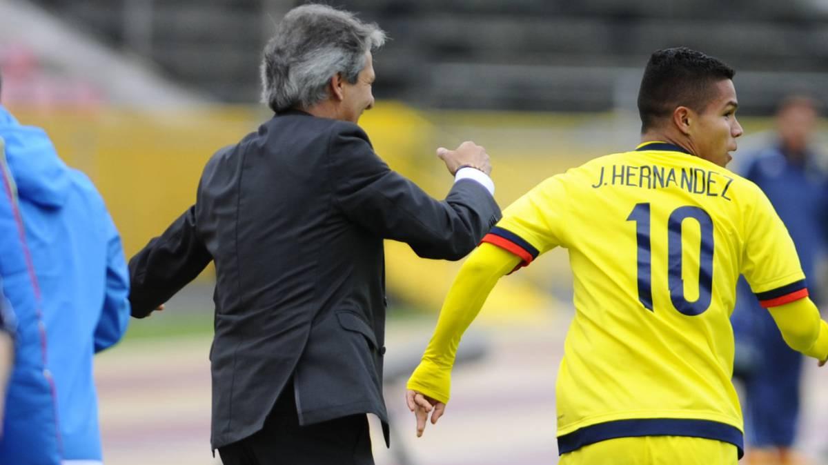 Carlos Restrepo celebra el gol de Juan Camilo Hernández ante Argentina