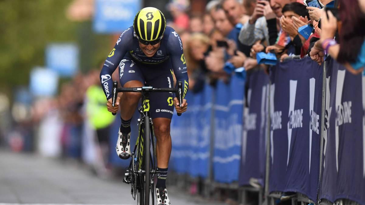 Dura caída de Esteban Chaves en el Giro de la Emilia