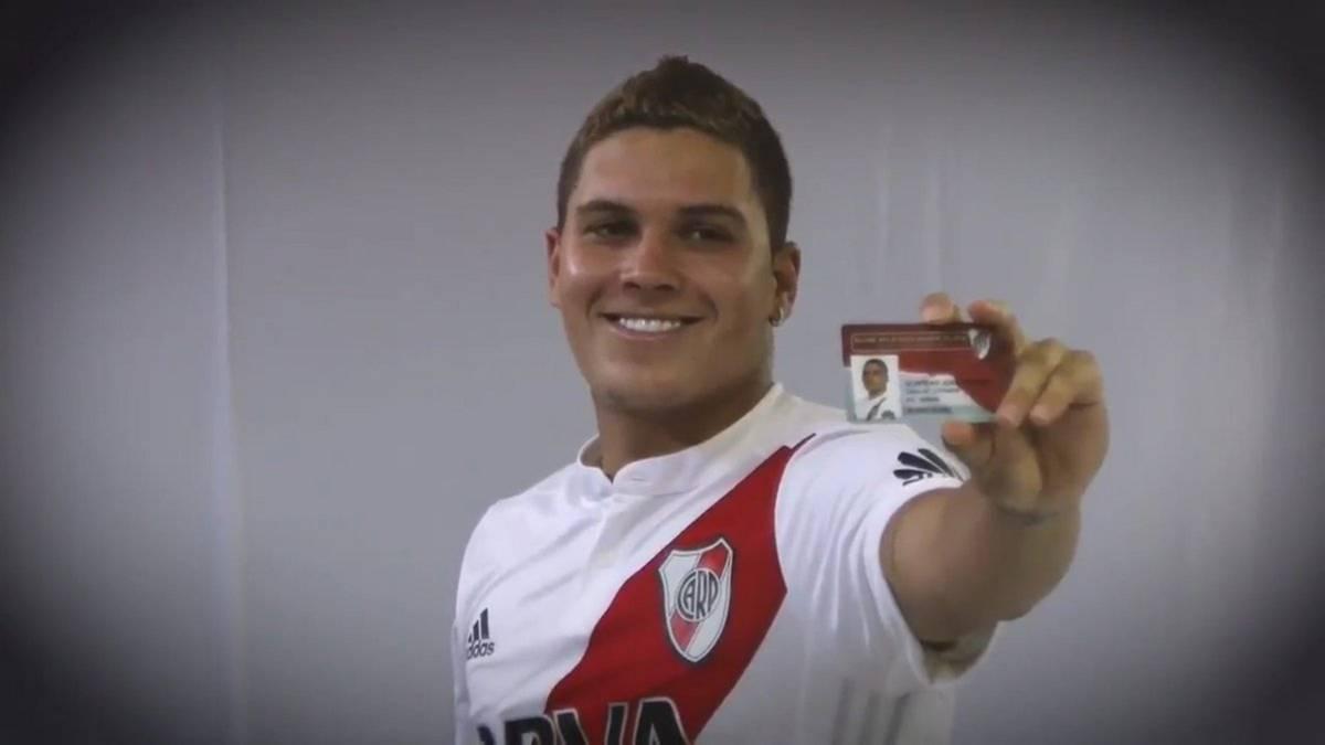 Jugador ecuatoriano se defendió con el banderín del córner — YouTube