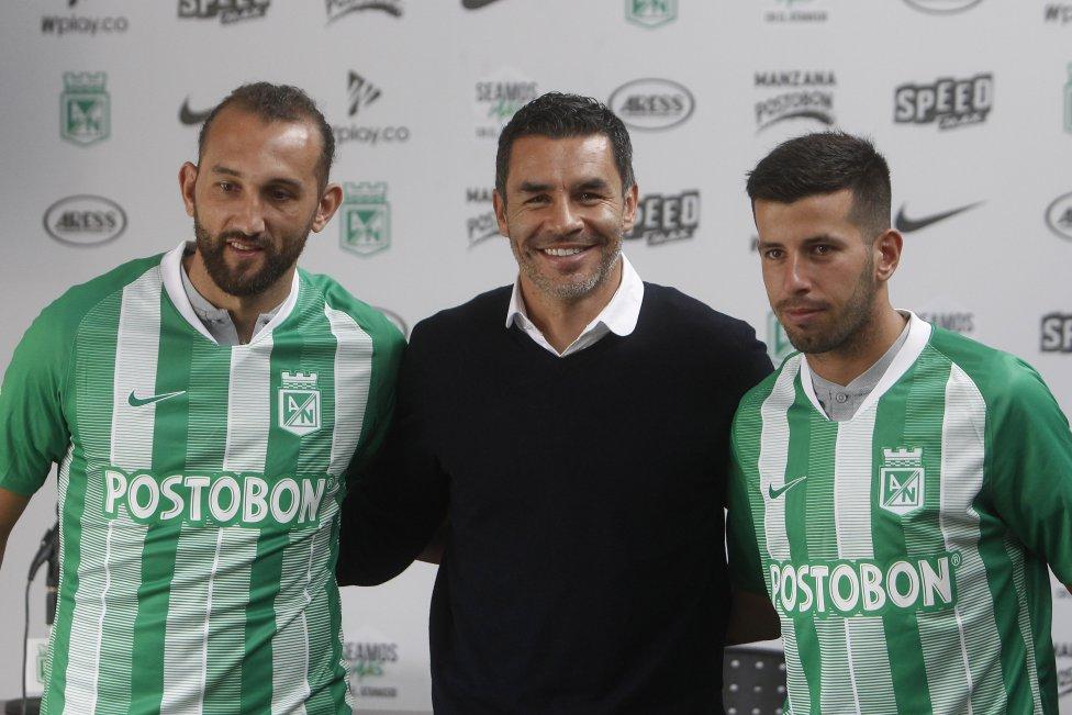 Los extranjeros Hernán Barcos y Pablo Ceppelini se pusieron la camiseta de Atlético  Nacional durante la 50a67bfaf273b