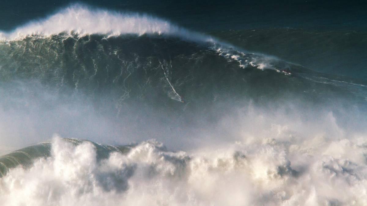 Brasileño impone récord al montar la ola más gigante del mundo