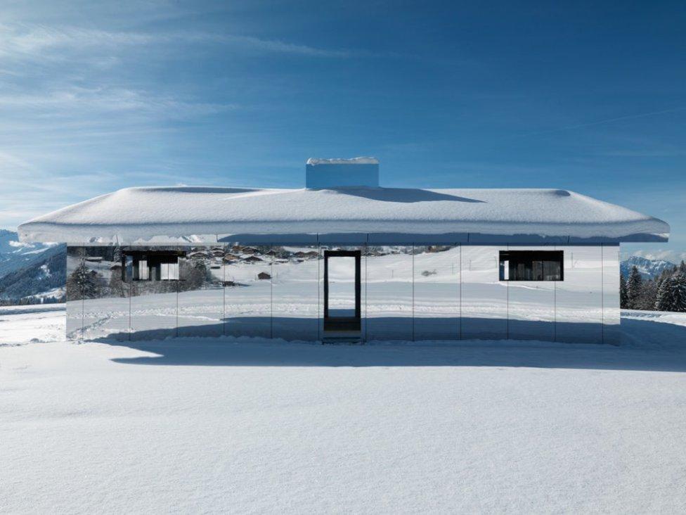 La construcción es una obra del artista norteamericano Doug Aitken que ha titulado con el nombre de 'Mirage Gstaad'.