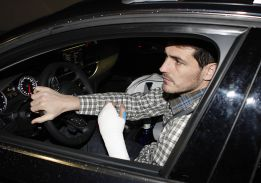 Iker Casillas out of action for 6-8 weeks with fractured hand