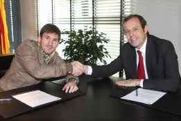 Leo Messi signs new contract with Barcelona until 2018