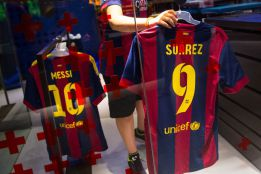 Barcelona suspend Suárez presentation indefinitely