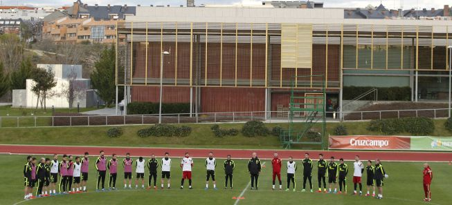 Spain squad pays its respect for air disaster victims