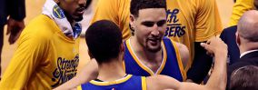 Klay Thompson se abraza a Stephen Curry.