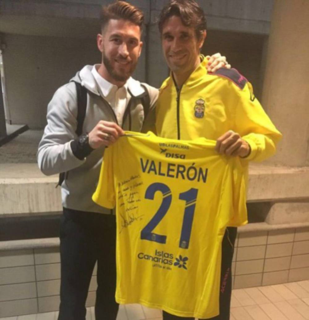 0d3edb61b Sergio Ramos took the opportunity to swap shirts with Spanish footballing  legend Juan Carlos Valerón